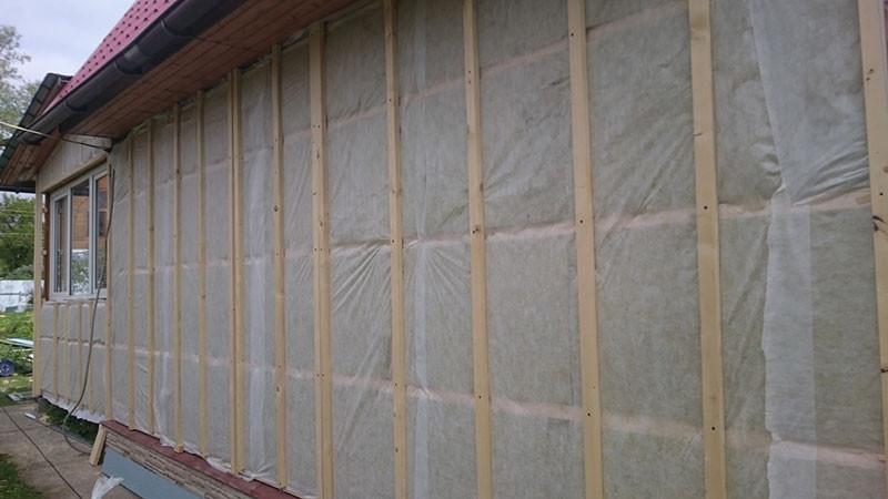 Подконструкция вентилируемого фасада: утеплитель, обрешетка, пленка.